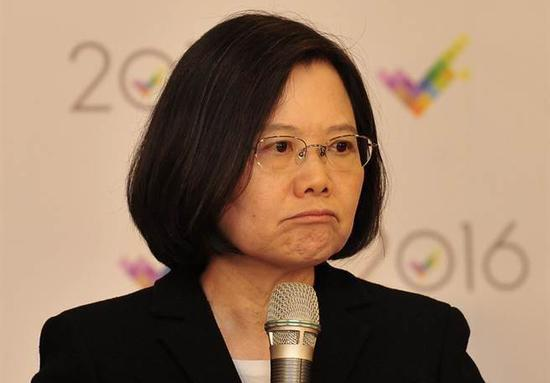 """蔡英文就职快满一年,最新民调显示,民众对蔡政府满意度低于3成。(图片来源:台湾""""中时电子报"""")"""