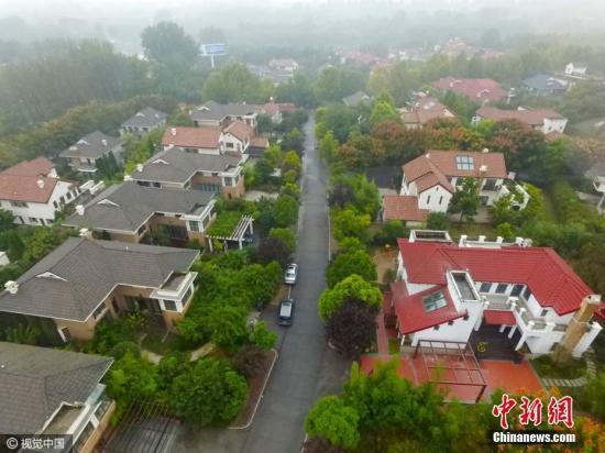 资料图:2019-10-16,郑州一处规划的旅游景区,被开发商开发成地产社区,这个违规开发已经存在约十年之久,期间郑州市国土局多次对其进行处罚。子君 摄 图片来源:视觉中国