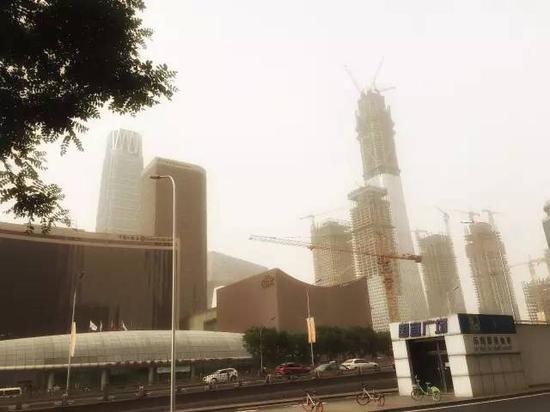 沙尘中的北京。摄影:程莉