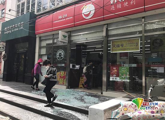 5月5日早上8时50分,一便利店玻璃门因大风肆虐,被吹倒破碎一地。中国青年网记者 张瑞宇摄