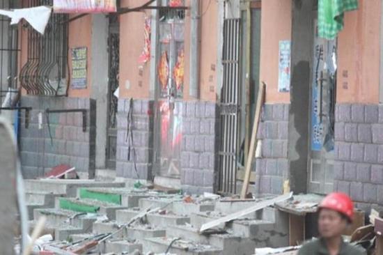 图为爆炸后散落在地上的窗户和玻璃碎片。