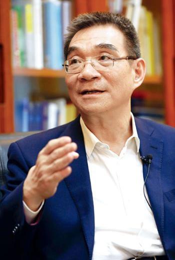 林毅夫,第十二届全国政协常委、经济委员会副主任。曾任世界银行高级副行长兼首席经济学家。现任北京大学国家发展研究院名誉院长、教授。