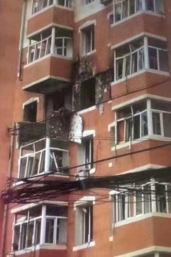 图为爆炸的五楼阳台和周边受损的窗户。
