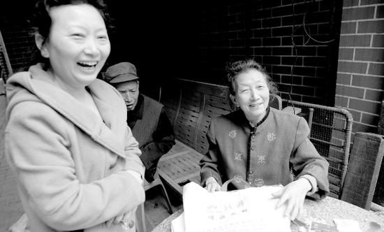 ▲ 回到家中 , 游绍会老人和女儿古国芳一家人十分开心