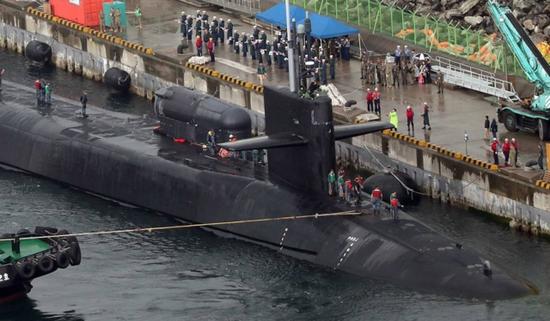 """来自密歇根的问候:你好,釜山,我带着154枚""""战斧""""来看你了。——USS SSGN727"""
