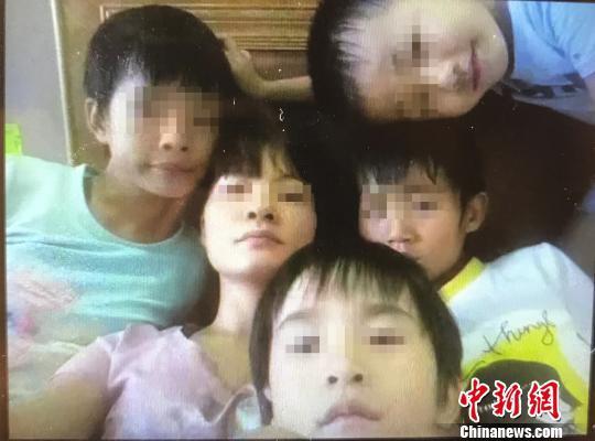 图为林某及其子女的合照。