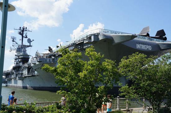 "USS Intrepid (CV-11),埃塞克斯级""无畏号""也是美国海军的传奇舰。在纽约作为博物馆的""无畏""也成了精神教育的好去处"