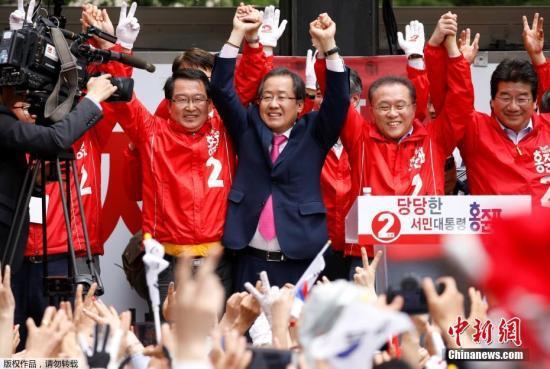 当地时间5月8日,支持率呈上升之势的执政党自由韩国党候选人洪准杓进行最后的拉票活动。