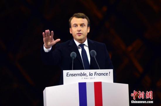 马克龙在巴黎卢浮宫前举行的庆祝胜选集会上讲话。 中新社记者 龙剑武 摄