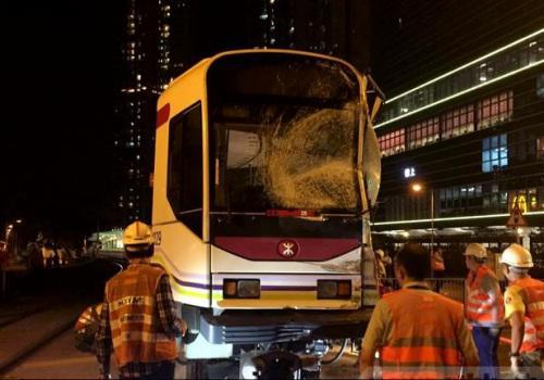 涉事的轻轨列车车头玻璃碎裂。(陈嘉荣摄)图片来源:香港电台网站。