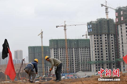 资料图 工人在一建筑工地作业。中新社记者 武俊杰 摄