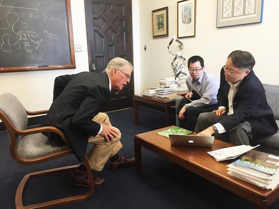 江校长与生物有机化学领域奠基人、美国三院院士、加州理工学院化学和化学工程系Peter.Dervan教授会面