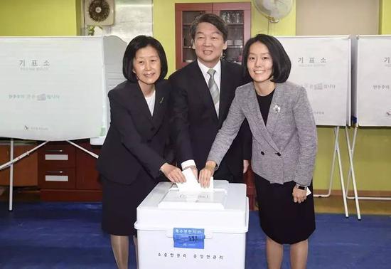 安哲秀在投票站投票