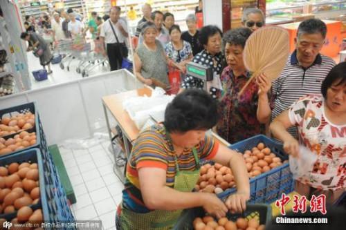 资料图:市民排队抢购鸡蛋。 图片来源:CFP视觉中国
