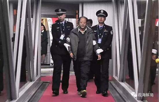 """2016年1月1日,外逃6年的""""百名红通""""10号嫌犯裴健强归案。"""