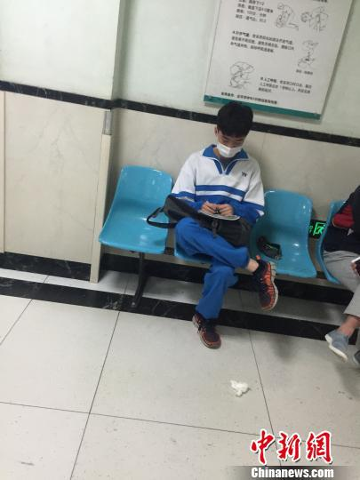 一名学生在急症室外等待着自己同学。 杨毅 摄