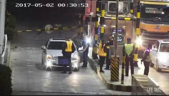 男子开奔驰拒缴10元过路费:家在附近不需要给