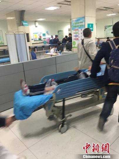 交通事故致9名学生被撞伤。 杨毅 摄