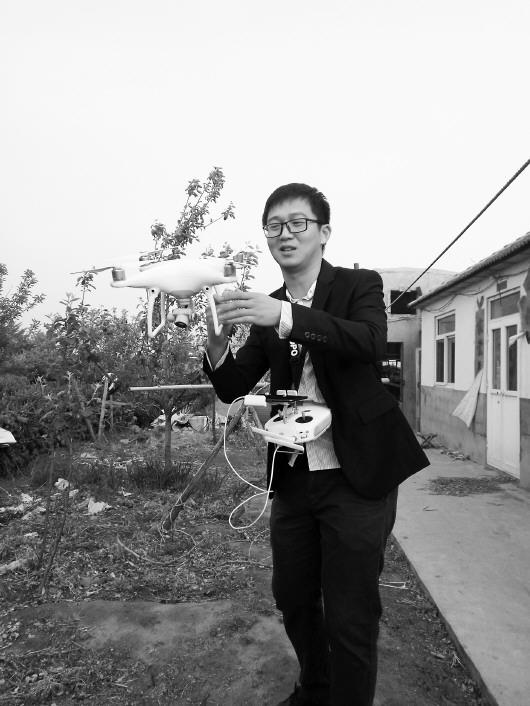 无人机侦查结束后落地。齐鲁晚报记者 张琪摄