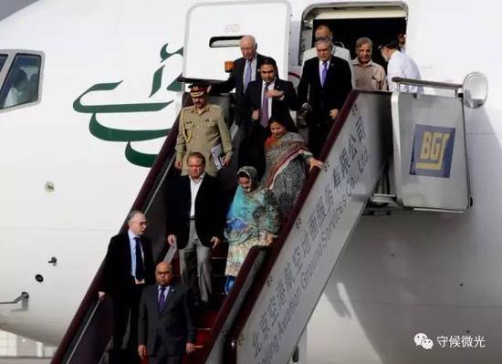 5月12日,巴基斯坦总理谢里夫率代表团乘坐专机抵达北京首都国际机场。中国青年报·中青在线记者 陈剑/摄