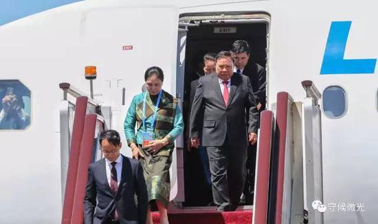 5月13日下午,老挝国家主席本扬乘专机抵达北京首都国际机场。去年9月,本扬就曾来华出席了G20杭州峰会。中国青年报·中青在线记者 李建泉/摄