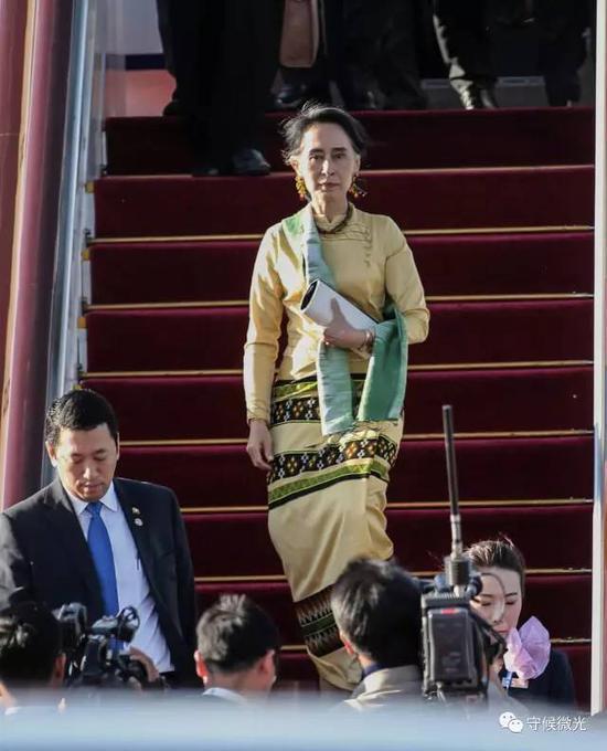 5月13日下午,缅甸国务资政昂山素季走下飞机。中国青年报·中青在线记者 李建泉/摄