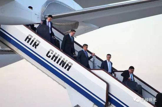 5月13日傍晚,哈萨克斯坦代表团走下专机。 中国青年报·中青在线记者 李建泉/摄