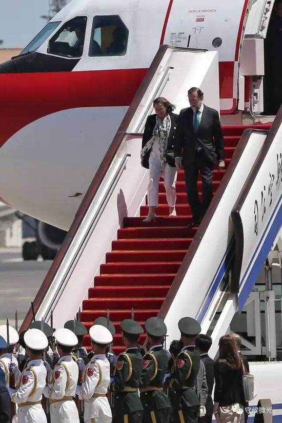 """5月13日,西班牙首相拉霍伊乘坐专机抵达北京首都国际机场,参加即将举行的""""一带一路""""国际合作高峰论坛。这是拉霍伊在任时第三次访问中国。 中国青年报·中青在线记者 李建泉/摄"""