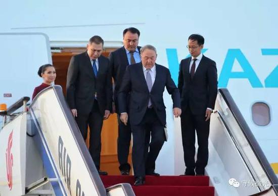 5月13日傍晚,哈萨克斯坦总统纳扎尔巴耶夫乘坐专机抵达北京首都国际机场。中国青年报·中青在线记者 李建泉/摄