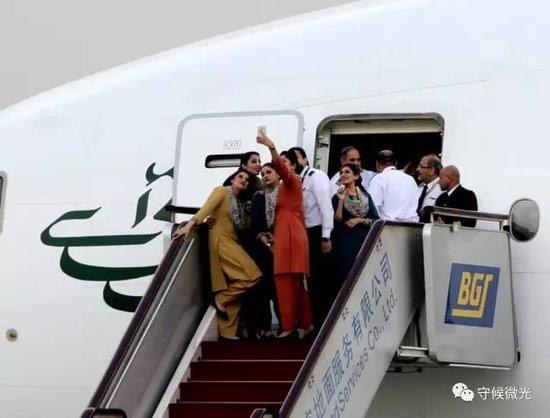 5月12日,谢里夫下飞机后,巴基斯坦总理专机上的机组人员开始合影留念。中国青年报·中青在线记者 陈剑/摄