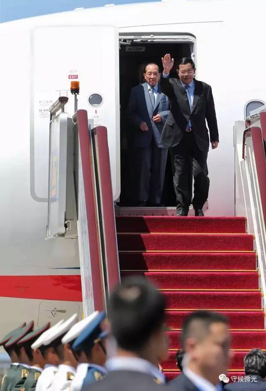 """5月13日,柬埔寨王国首相洪森乘坐专机抵达北京首都国际机场,参加即将举行的""""一带一路""""国际合作高峰论坛。中国青年报·中青在线记者 李建泉/摄"""