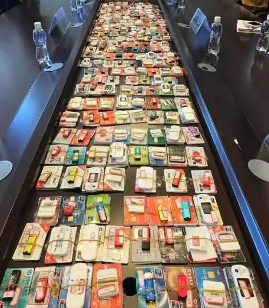 从2015年8月至2016年6月张兴江倒卖银行卡3000多套。