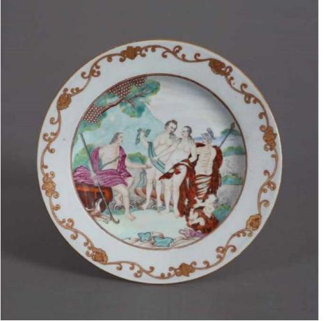 广彩希腊神话故事图盘(清)23cm ×2.5cm  18世纪中后期, 欧洲神话场景也出现在中国外销瓷上。 该瓷盘绘制 《帕里斯的审判》 ,故事出自希腊神话,帕里斯作为特洛伊王的儿子,被邀请在三位女神赫拉、雅典娜、阿佛洛狄忒之中选出最美的女神。中国画工对解剖学的无知造成图像上的种种可笑细节。