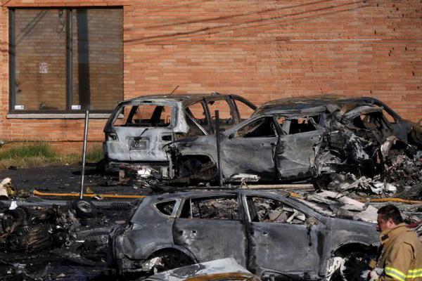 美国一小型飞机坠毁 事故地汽车被烧焦