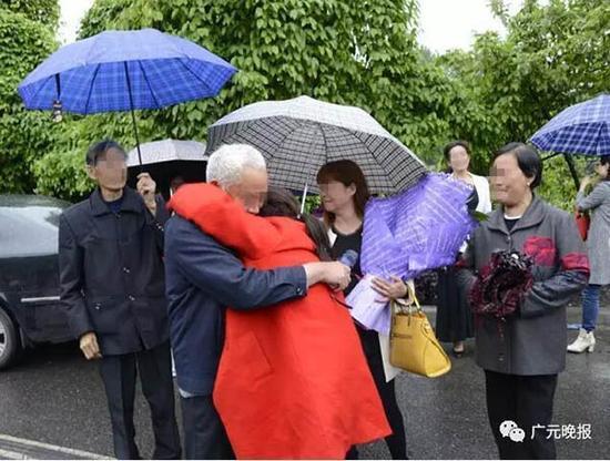 陈芳见到家乡来的亲人,百感交集,痛哭失声。广元晚报 图
