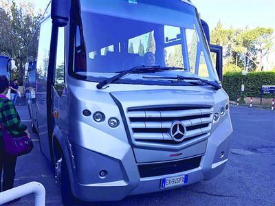 游客乘坐的旅游中巴车 /游客供图