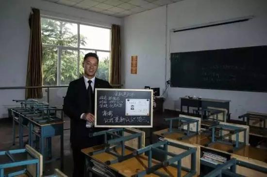 张俊成,他曾是北大一名保安,后通过成人高考,考上了北京大学法律系(专科)。新京报记者彭子洋摄