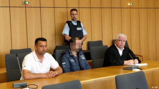 被告(图片前排正中)5月16日在法庭上