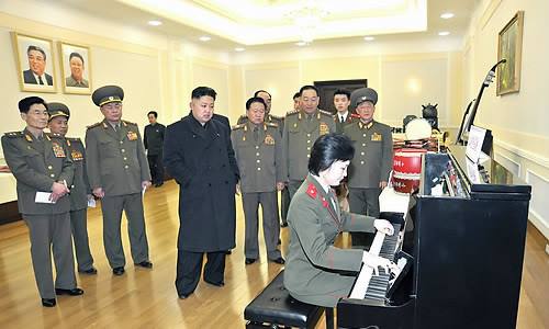 金正恩听女兵弹奏钢琴