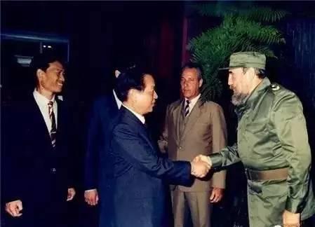 1989年6月7日至10日,钱其琛外长对古巴进行正式友好访问,这是1960年古巴革命后第一位访古的中国外长。图为卡斯特罗主席在革命宫亲自为钱外长举行欢迎宴会。(资料图片)