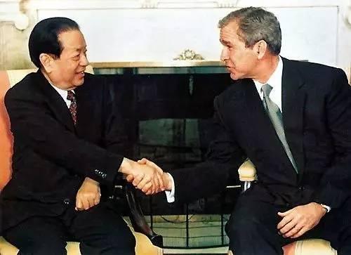 2001年3月22日,美国总统乔治·沃克·布什在白宫会见正在美国访问的中国国务院副总理钱其琛。(来源:外交部网站)