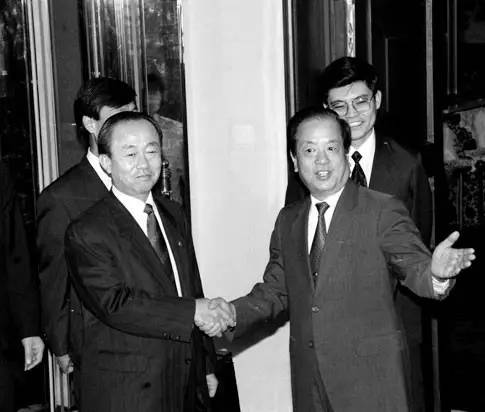 1992年8月23日,国务委员兼外交部长钱其琛(前右)在钓鱼台国宾馆同来访的韩国外务部长官李相玉亲切握手。(资料图片)