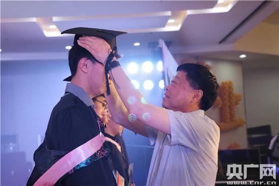 合肥一中党委书记范广伟为毕业生拨穗正冠