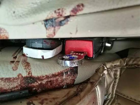 出事寶馬的正副駕駛座的安全帶卡扣上,都插着安全帶插扣