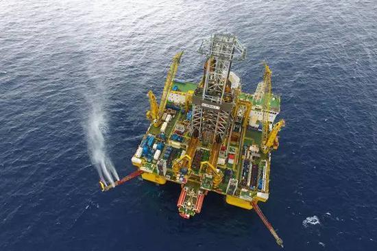 """这是无人机拍摄的""""蓝鲸一号""""钻探平台,正在间隔广东省珠海市西北320千米、水深1266米的南海神狐海疆实行试采(5月16日摄)。新华社记者 梁旭 摄"""