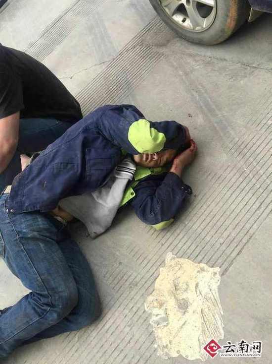 冲突中被打倒在地的员工