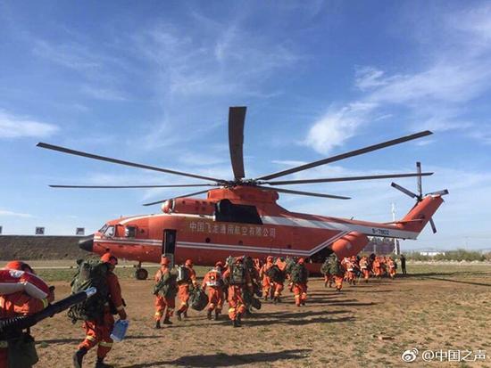救火官兵从下午开始有序撤离返回