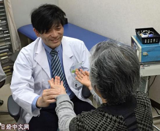 大阪大学医学部附属医院汉方内科诊治科长�c原圭�v正在为患者把脉(《日本经济新闻》网站)