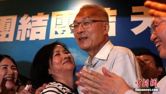 5月20日,中国国民党举行党主席选举。据该党中央党部开票结果,前台湾当局副领导人吴敦义以14万4408票、52.24%得票率从6名候选人中胜出,当选新一任国民党主席。图为吴敦义胜选后与妻子蔡令怡拥抱。 中新社记者 刘舒凌 摄