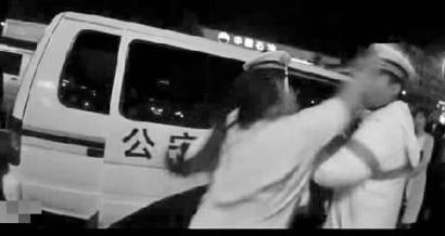 视频截图:于某对警察大打出手